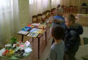 Родители с удовольствием покупали ребятам подделки и сладости.